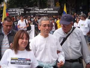 El provincial jesuita Francisco de Roux liderando una marcha contra el presidente Alvaro Uribe