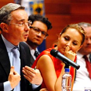 Las trampas contra Uribe no son nuevas. Aquí, en la U. Tadeo Lozano, la señora Natalia Springer, entonces decana de la Tadeo, observa burlonamente al presidente Uribe