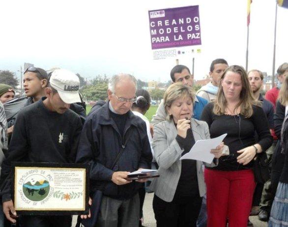 El cura Jesuita Javier Giraldo, con Gloria Cuartas, hablando de paz. El diablo haciendo ostias