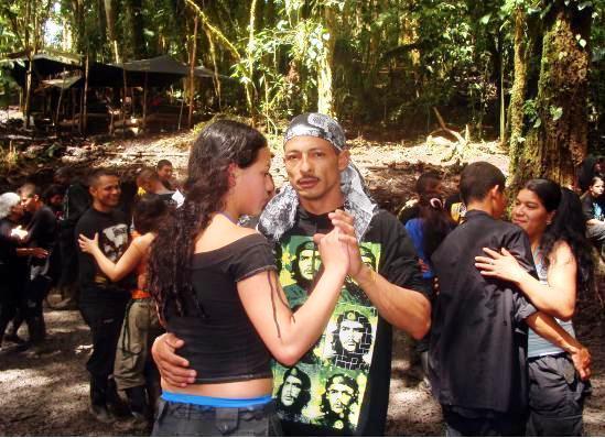 Jefe del Frente 51 de las FARC, en plena fiesta