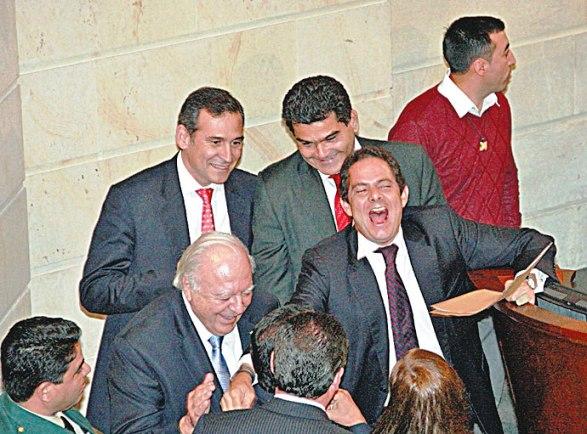 Vargas Lleras, celebrando la aprobación de la controvertida Ley de Víctimas, que arruinará el país