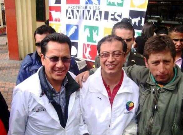 Gustavo Petro, antiguo terrorista del M-19 y hoy alcalde electo de Bogotá, con Roberto Sáenz, concejal comunista de Bogotá y hermano de Cano, comandante de las FARC dado de baja