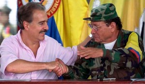 Andrés Pastrana estrechando la mano del criminal terrorista sociópata Manuel Marulanda, alias Tirofijo