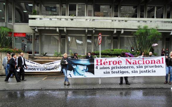Detalle de una espontánea protesta ciudadana contra el fallo del Tribunal Superior de Bogotá, el 6 de febrero de 2012