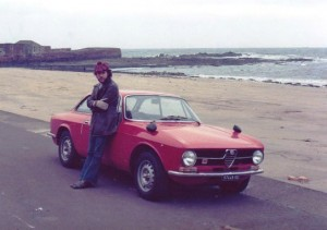 Juan Manuel Santos en Londres, en un Alfa Romeo, en sus locos y adictos años juveniles
