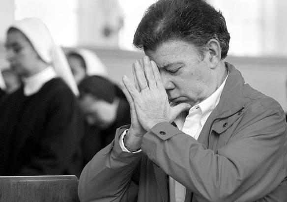 ¿A quién le reza Santos para que mejore los índices económicos?