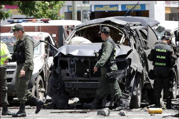 Así quedó el automóvil blindado al grado máximo (5) en el que viajaba el ex ministro Fernando Londoño