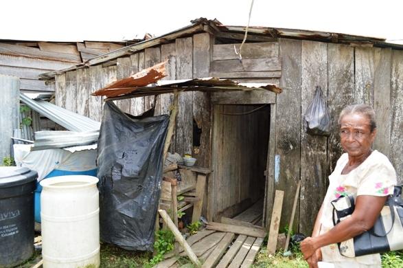 Esta anciana vive en la miseria total. El gobierno de Santos le niega ayuda. Sus hijos quedaron desempleados