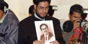 Iván Cepeda sostiene la foto de Manuel Cepeda, su padre. Y muchos siguen creyéndole que era un mártir de la democracia