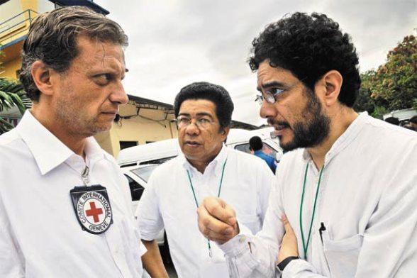 Iván Cepeda y Yves Heller, director de la Cruz Roja