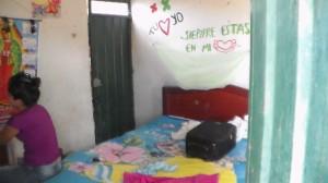 Este es el interior de una de esas paupérrimas casitas donde los habitantes han tenido que vivir durante años. La pobreza es descomunal
