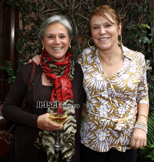 María Elvira Samper, con la copa en la mano, y María isabel Rueda. Nótese que ella no tiene copas, para que vean la infamia de quienes la acusan de borracha (Foto Jet set)