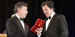 Juan Manuel Santos condecorándo al Director del diario de su familia