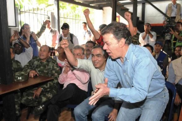 La famosa celebración de Santos frente a un partido de fútbol, en pleno sitio y a escasas horas de ocurrida una masacre por parte de las FARC