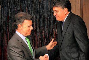 Mauricio Cárdenas Santamaría en su posesión como ministro ante Juan Manuel Santos. Cárdenas sigue impune por el caso Dragacol