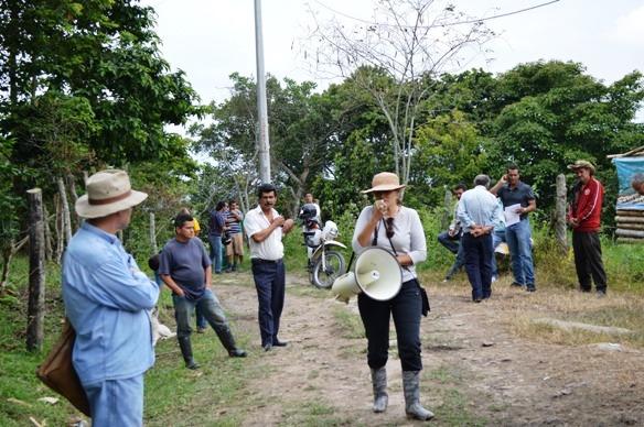 La Dra. Hilda Roldán, con el Megáfono. De sombrero, el delegado de la Procuraduría