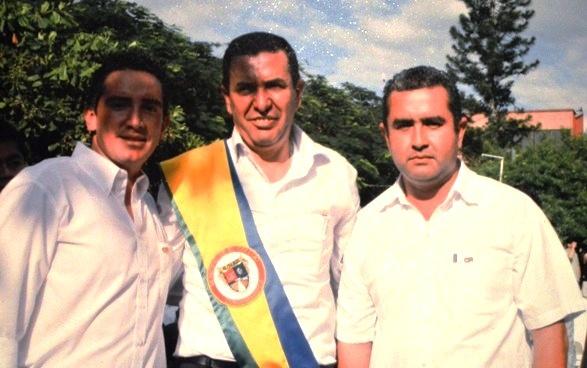 Gilberto Moreno Vargas, con la banda. Cerca, el señor Danny Edward Alonso Piñeros, sindicado de homicidio, y Delegado de Cambio Radical en El Colegio