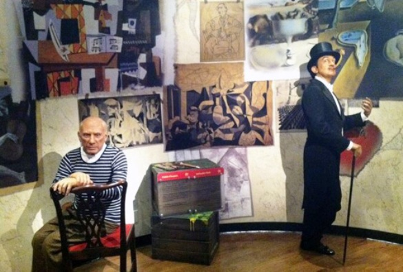 Dalí y Picasso, genios del arte. (figuras en un museo de cera)