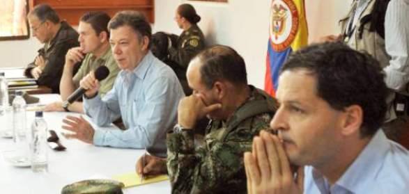Santos, junto al General Navas y a Sergio Jaramillo