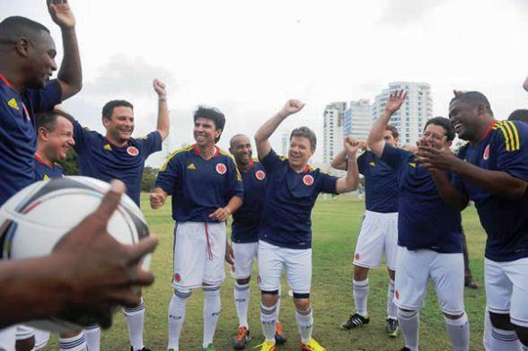 Juan Manuel Santos anda más preocupado por el fútbol que por el país
