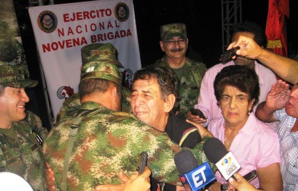 Ganadero huilense secuestrado por la guerrilla, en el momento de su rescate por el ejército colombiano