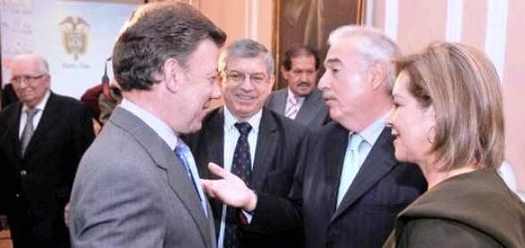 Santos y Pastrana, acompañados por Nohemí Sanín y César Gaviria