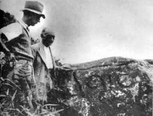 El profesor Paul Rivet y el ministro de Bélgica junto a un petroglifo en San Agustín, Huila, 1938. Archivo fotográfico Gregorio Hernández de Alba.
