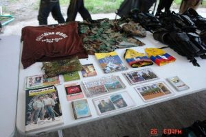 """ropaganda y uniformes incautados a los """"labriegos"""" de las FARC"""