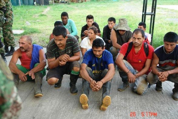 """Aquí, los sencillos """"campesinos"""" que fueron capturados con fusiles, granadas, explosivos, pistolas, etc."""