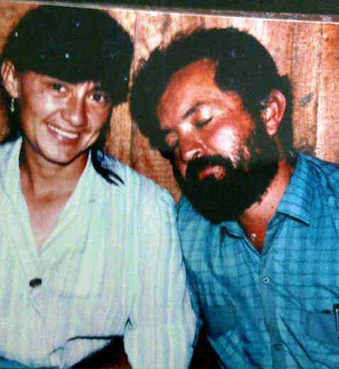 Aquí vemos a Raúl Reyes con su respectiva amante de esa época. En total ebriedad