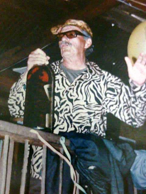 """Jacobo Arenas, con una enorme botella de whisky Sello Negro. No se hace más que eso en los diálogos de """"paz"""""""