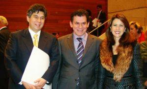 Daniel Coronell en medio de su esposa y del antiguo guerrillero y secuestrador León Valencia