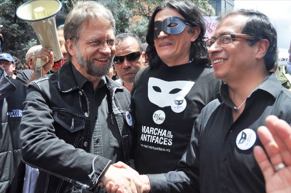 Petro, recibiendo el apoyo de Mockus, en una marcha organizada para ese efecto