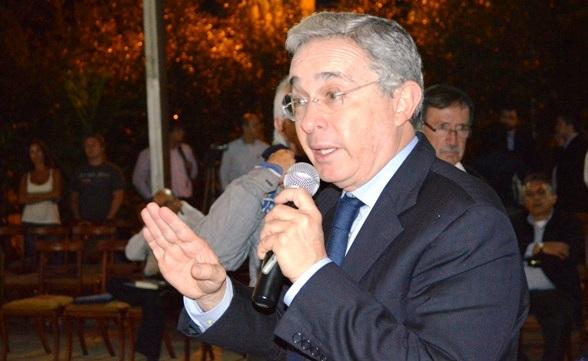 Alvaro Uribe, reunido con sus seguidores en Medellín