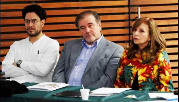 Alejo Vargas Velásquez, creador del Foro Agrario de las FARC, en medio de Iván Cepeda y Ángela Robledo, quienes lo acompañaron en la tarea