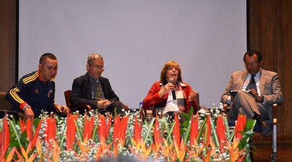 César Jerez (a la izquierda) invitado por el cura Francisco de Roux a un foro sobre Zonas de Reserva campesina en la U. Javeriana