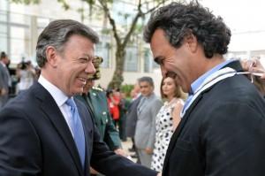 Santos condecoró el 7 de agosto de 2013 a Sergio Fajardo con la Medalla Militar San Rafael Arcángel. Parte del show
