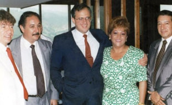 """Ernesto Samper abraza a la """"Monita Retrechera"""", quien sería asesinada luego de que accediera a denunciar los dineros de la mafia en la campaña presidencial"""