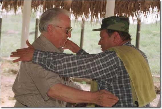 """Belisario Betancur, gran benefactor del narcoguerrillerismo, y Manuel Marulanda """"Tirofijo"""". Belisario no quiso hacer el Mundial en Colombia para no """"ceder ante las multinacionales"""""""