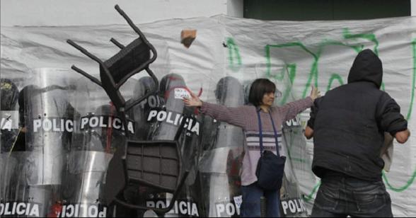 Gloria Barreto Bernal expuso su vida para defender a los jóvenes del ESMAD frente a la turba de fascinerosos que los querían linchar