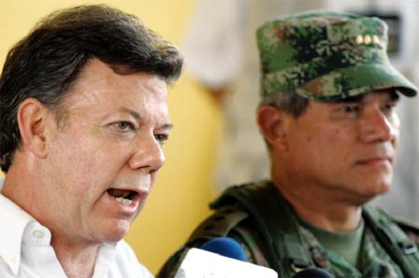 Juan Manuel Santos, en su época de ministro de Defensa, y el comandante de las Fuerzas Armadas, Fredy Padilla de León