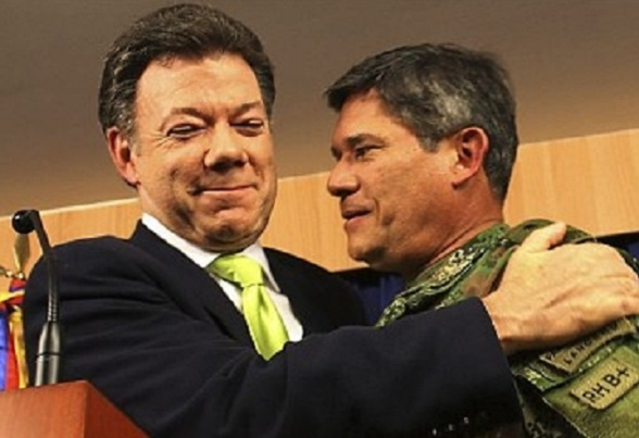 Juan Manuel Santos y el General Freddy Padilla de León. Humillaron criminalmente al ejército