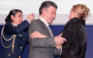 La contralora Sandra Morelli coloca la Medalla al Mérito por la Transparencia al presidente Juan Manuel Santos