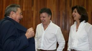 uan Manuel Santos y Raúl Castro, uno de los tiranos que tiene sometido al pueblo cubano. Los acompaña la canciller Holguín