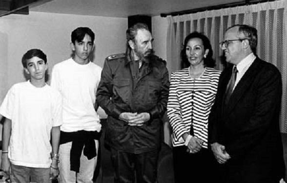 Fidel Castro con el narcopresidente colombiano (hoy Secretario General de Unasur) Ernesto Samper y su familia, en 1995