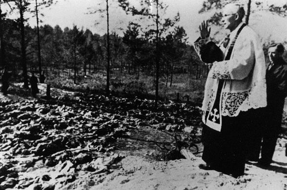 Fosa común en el bosque de Katyn, territorio perteneciente entonces a la Unión Soviética, se convierte en el escenario de la cruenta masacre decidida por Stalin: unos 22.000 miembros de la élite polaca, incluidos políticos, oficiales del ejército, e incluso artistas e intelectuales, son fusilados metódicamente, uno a uno, con un tiro en la nuca
