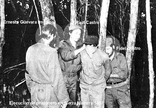 """Fidel y Raúl Castro, junto a Ernesto """"el Che"""" Guevara, preparando a un desafortunado para fusilarlo"""