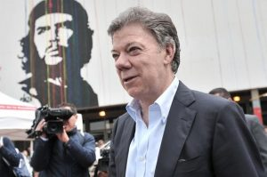 Juan Manuel Santos posa al lado de la imagen del Che Guevara