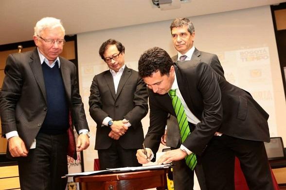 Petro y Rafael Pardo.. Firmando quién sabe qué cosas