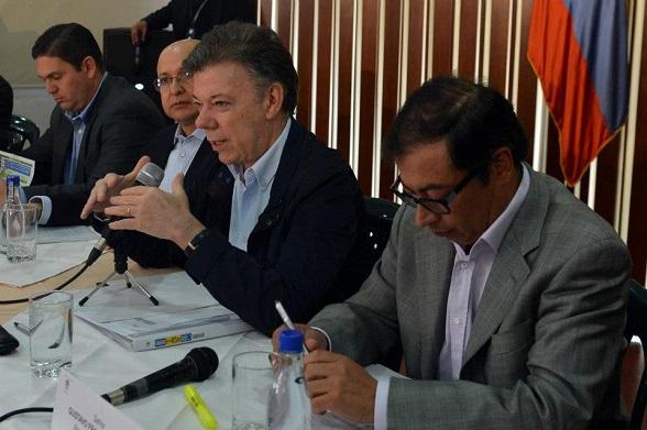 Juan Manuel Santos en medio de Gustavo Petro y el Fiscal Montealegre, sus dos aliados